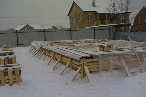 Фундамент под снегом
